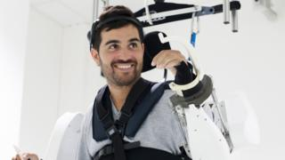 El innovador exoesqueleto que ayudó a un hombre paralítico a mover sus cuatro extremidades con estímulos mentales